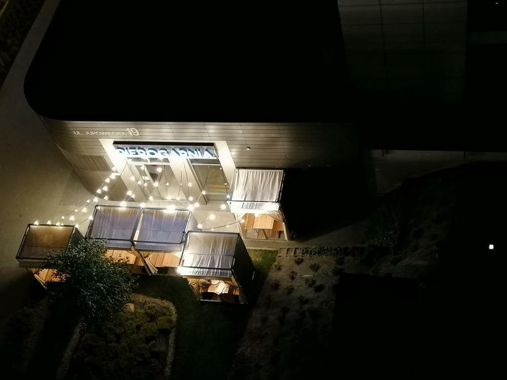 Soodi Pierogarnia i ogródek widziany nocą z wyższych pięter apartamentowca