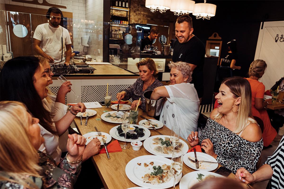 Kultura jedzenia poza domem. Dlaczego wolimy jeść na mieście?